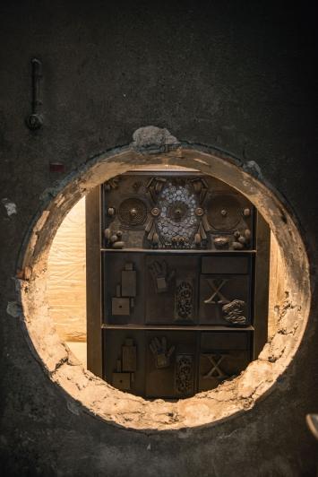 Isabelle Cornaro,God Box No. 2, 2013 / 2018, Stahl, Gummi, Kellergeschoss Luegislandstrasse 105, Zürich. © Pierluigi Macor / Stadt Zürich KiöR («Neuer Norden Zürich»).Courtesy of the artist und Galerie Francesca Pia, Zürich