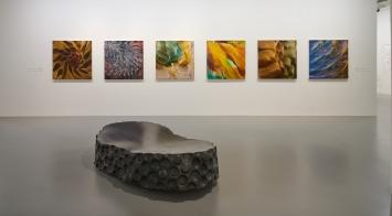 """Ausstellungsansicht """"leicht raum licht schwer. Isa Dahl. Malerei. Hans Schüle. Plastik."""", 17.12.2016 bis 05.03.2017 im Kunstmuseum Singen,(c) Isa Dahl, (c) VG Bild Kunst, Bonn 2019 für Hans Schüle"""