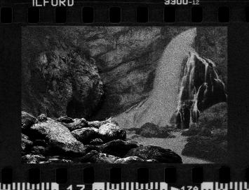 Silver halide grains,20195 tirages jet d'encre pigmentaire,50 x 60cmtirages : Atelier Boba Parissérie de poutresBande son (bruit de torrent et de déclencheur d'appareil photo)design sonore : Vincent GuiotPhoto Kiyong NAM © Fondation d'entreprise Hermès