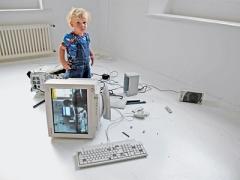 Video-Collage mit Filmen von Jugendlichen, die ausflippen während sie Videogames spielen. Die Filme laufen auf einem alten, kaputten Computer (der immer noch läuft). Ausstellungsansicht plug.in Basel.