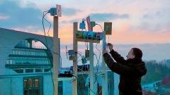 Offenes, partizipatives WLAN/WiFi Mesh-Netzwerk mit Büchsenantennen auf den Dächern der Akademie der Künste und Schweizer Botschaft in Berlin.