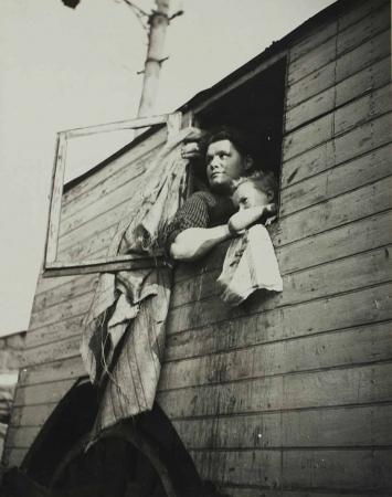Dora Maar, Ohne Titel (Frau am Fenster), gegen 1935, zeitgenössischer Silbergelatineabzug, Sammlung Centre Pompidou.
