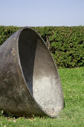 Anton Egloff, Hören Ost Süd West Nord, 1991, Plastik, Bronze, Durchmesser Öffnung 85 cm, Tiefe 100 cm, Rigiplatz, Eigentum Stadt Zug