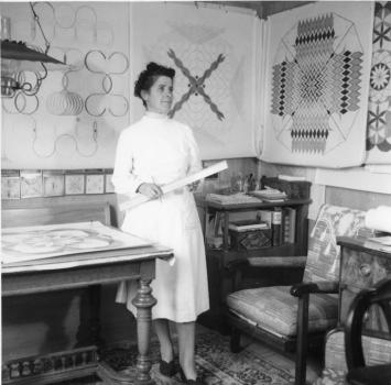 Emma Kunz vor ihrem Arbeitstisch, Sommer 1953, Courtesy Staatsarchiv Appenzell AR.Foto: Werner Schoch