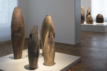 Ernst Gamperl - Dialog mit dem Holz. Blick in die Ausstellung im Gewerbemuseum Winterthur. Foto: Michael Lio