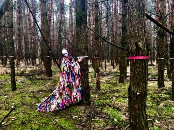 Nina Rodin, ‹Ohne Titel (Werkreihe in Arbeit)›, 2017-2019, Plastikstreifen, Performance, Foto, Video, Dimensionen variabel.Foto: Die Künstlerin