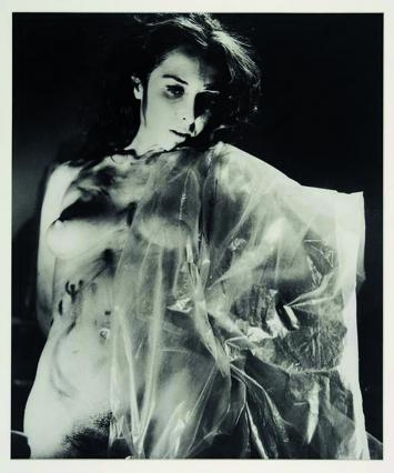 Carolee Schneemann · Eye Body #6, 1963/1989, Silbergelatineprint, 35,6x27,9cm, Edition 2/2 ©ProLitteris, Courtesy Hales, London