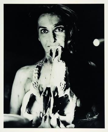 Carolee Schneemann · Eye Body #5 + #26, 1963/1989, Silbergelatineprint, 35,6x27,9cm, Edition 2/2 ©ProLitteris, Courtesy Hales, London