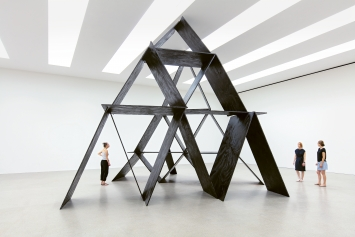 L'Endroit de l'envers, 2019, Tusche auf Holz, 580x710x740cm, Ausstellungsansicht, KunsthausCentre d'art Pasquart, Biel ©ProLitteris