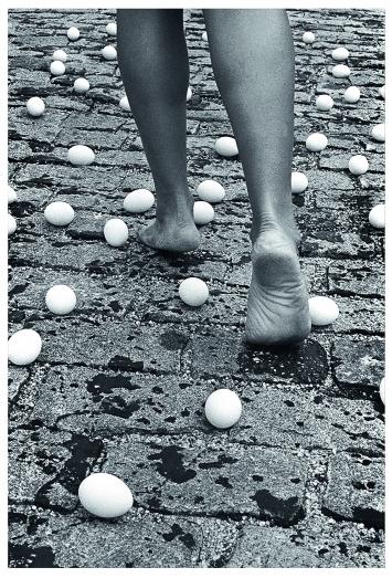 Entrevidas (Tra le vite), dalle serie Fotopomeazione, 1981/2010, fotografia in bianco e nero, stampa digitale (dettaglio, una parte di un trittico). Courtesy dell'artista, collezione privata Monza e Galleria Raffaella Cortese, Milano