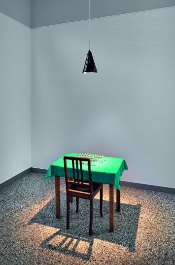 Eigentlich wollte ich etwas anderes, 2008, Salz- und Pfefferstreuer, Tisch, Tischdecke, Lampe, Stuhl, 240x80x70cm, Ausstellungsansicht Kunstmuseum Solothurn ©ProLitteris.Foto: David Aebi