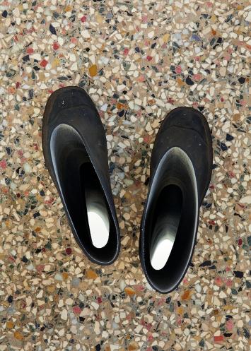 Isabelle Krieg · Orpheus' Stiefel, 2010, Gummistiefel, Spiegel, 27x10x30cm, Ausstellungsansicht Kunstmuseum Solothurn ©ProLitteris