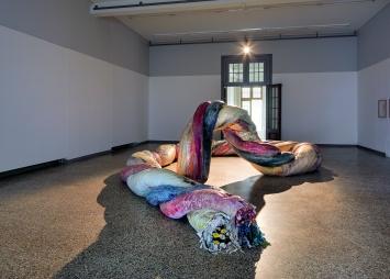 Urschnur, 2016/2019, Baumwollstoff, Styropor, Polyurethan-Weichschaum, Silikon, Pigmente, 0,7x0,7x19m, Installationsansicht Kunstmuseum Solothurn ©ProLitteris.Foto: David Aebi