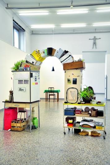 Einfallstor, 2018/2019, Ateliermöbel und -Gegenstände der Künstlerin, Grösse variabel, Ausstellungsansicht Kunstmuseum Solothurn ©ProLitteris.Foto: Robin Byland