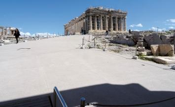 Akropolis, März, 2021, neu gegossene Stahlbetonterrasse zwischen Propyläen, Erechtheion und Parthenon.Foto: Tasos Tanoulas