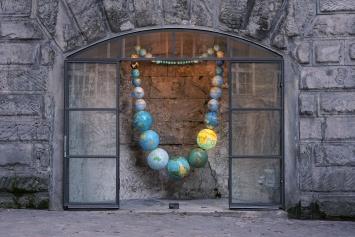 Isabelle Krieg · Wie viele Erden, 2020, Globen, Seil, Leuchtmittel, 180x100x30cm, Installationsansicht Hiltibold, St.Gallen ©ProLitteris.Foto: Marianne Rinderknecht