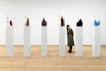 Bang!, 2013–2016, Glas, verschiedene explosive Substanzen, Gummi, je Skulptur ca. 50x50x30cm, Courtesy Galerie Stampa, Basel, und Galerie Conradi, Hamburg.Foto: Gina Folly