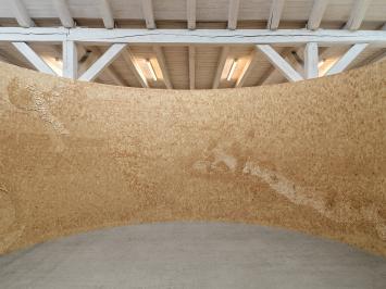 Bigger Landscape, 2021, Arvenholz (Pinus cembra) auf Holzplatte, 253x1570cm, ø500cm.Foto: Stefan Altenburger