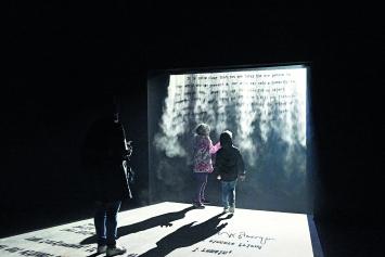 Indischer Pavillon: Jitish Kallat · Covering Letter, 2012, Wasserdampf, Projektion.Foto: Werner Egli