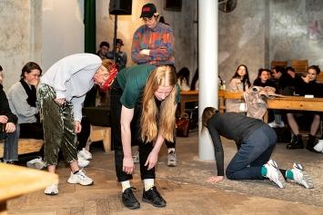 Martina und Nicolas Buzzi · Suspended Gestures, Performance mit Li Davor, Franziska Koch, Monika Stadler, Cabaret Voltaire, 13.3.2020