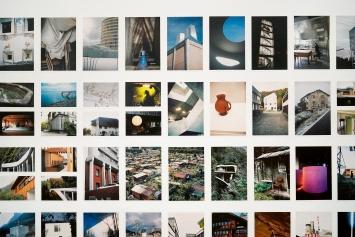 Herzbau, 2020, Fries mit 280 Fotos, Ausstellungsansicht Kunst Halle Sankt Gallen