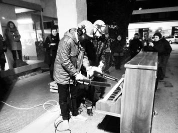Performance von Res Thierstein. Foto: Chri Frautschi