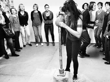 Performance von Talaya Schmid. Foto: Chri Frautschi