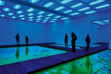 Life, 2021, Ausstellungsansicht, Fondation Beyeler, Riehen/Basel, 2021, Courtesy neugerriemschneider, Berlin; Tanya Bonakdar Gallery, New York/Los Angeles.Foto: Mark Niedermann