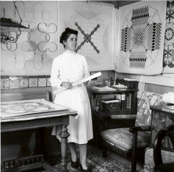 Emma Kunz am Arbeitstisch in Waldstatt, 1958, Staatsarchiv AR, Nachlass Werner Schoch