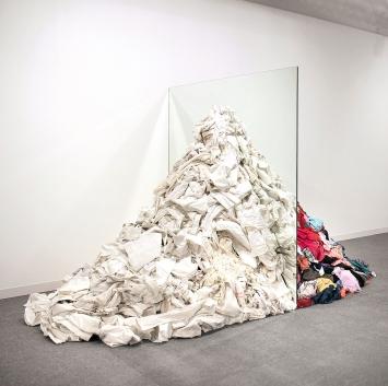 Michelangelo Pistoletto · Metamorfosi, 1976–2017, Spiegel, Lumpen, Installationsansicht Abu Dhabi Art Fair, 2013, Courtesy Galleria Continua.Foto: Lorenzo Fiaschi