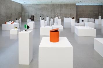 Cans, Bags & Boxes, 2017–2019, ca. 300 Skulpturen, Karton, Ausstellungsansicht 1. OG, Kunsthaus Bregenz