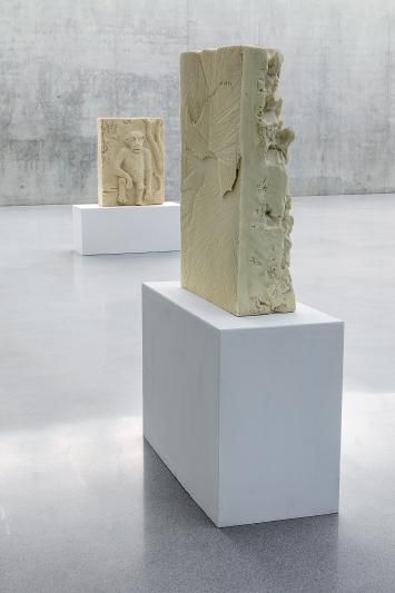 Monkeys, 2019, Reliefs, 26 Stück, expansiver Polyurethan-Hartschaum, diverse Masse, Ausstellungsansicht 2. OG, Kunsthaus Bregenz.Fotos: Markus Tretter