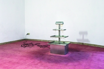Youth, 2015, Chromstahl, Wasser, Pumpe, 40x50x80cm. Ausstellungsansicht Ermes-Ermes, Rom