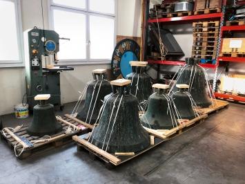 Glocken vor der Reinigung bei Muribaer AG, einer spezialisierten Firma für Kirchentechnik, die auch die Konstruktion der Glockenstühle und den Einbau der Glocken in enger Absprache mit William Forsythe realisiert hat. Foto: Mirjam Varadinis