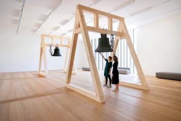 The Sense of Things, 2021, 8 Glocken mit Glockenstühlen und Toninstallation, Installationsansicht Kunsthauserweiterung Zürich.Foto: Franca Candrian