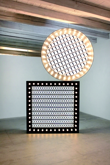 Dorian Sari · Make the unknown-unknown, partially known-unknown, 2017–2018, bois, plastique, équipement électrique, aluminium, 154x154x30cm (2x)