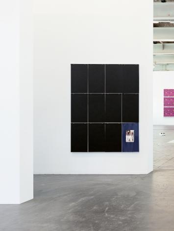 Untitled, (Black «Painting»), 2020, carton, ruban adhésif, images trouvées, bois, 120x150x2,5cm, vue de l'exposition ‹Sommer des Zögerns/Summer of Suspense›, Kunsthalle Zürich