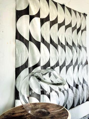 Glasgefäss und Spiraling Shifts, 2018/19, Öl auf Leinen, ca. 183x160cm Ateliersituation