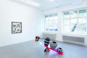 Athene Galiciadis, In balance, 2017, Acryl auf Keramik, Plexiglas, Kirschbaumholz, 80x190x46cm, Courtesy BolteLang.Foto: Alex Hana