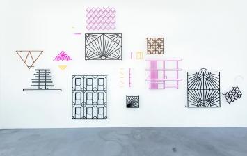 Sundial, 2017, Plexiglas, Acryl auf Aluminium, Dimensionen variabel, Courtesy BolteLang.Foto: Alex Hana