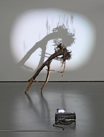 Gabriela Gerber und Lukas Bardill · Stock, 2019, Zeichenanimation und Holzobjekt, Ausstellungsansicht Galerie Luciano Fasciati, Chur ©ProLitteris