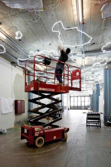 Mona Hatoum · Silver Lining, 2011, Néoninstallation, Hochschule der Künste, Bern.Foto: hkb