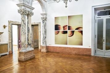 Skulptural, 1994, quattro C-prints di Polaroids su alluminio, vista dell'esposizione ‹Works/Sculptural›, Istituto Svizzero, Roma, 2021.Photo: Okno studio