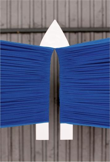 Djellza Azemi · Lepur, Lepur, 2020 (dettaglio), acciaio inossidabile, tessuto di poliestere, alluminio, figurina di resina