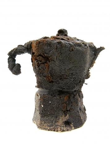 Patrizia Pfenninger · Moka di Caffè, 2019, polvere di caffè e collante, 132x80x125mm