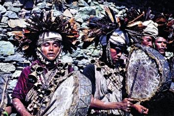 Michael Oppitz · Schamanen im Blinden Land: Tanz der Schamanen durchs Dorf, 1978/79