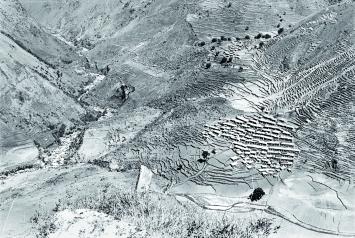 Michael Oppitz · Mythische Landschaften. Das Tal des Uttar Ganga in Westnepal mit Magardorf Taka, 1979, Schwarz-Weiss-Fotografie