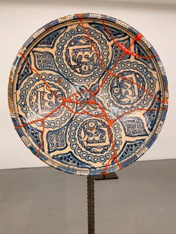 Untitled, 2020, Skulptur aus reparierten zerbrochenen Keramiken, Ausstellungsansicht Kunsthaus Zürich, 2020 ©ProLitteris