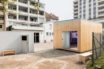 On Fire, 2019, Sicht auf die Ausstellungsräume draussen: links die Garage, rechts die neue Box vor dem Weissanstrich
