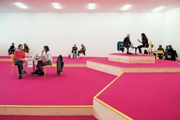 Angeregte Einzelgespräche während der Veranstaltung ‹Schule des Lebens› in der Kunsthalle Zürich.Foto: Dominik Zietlow